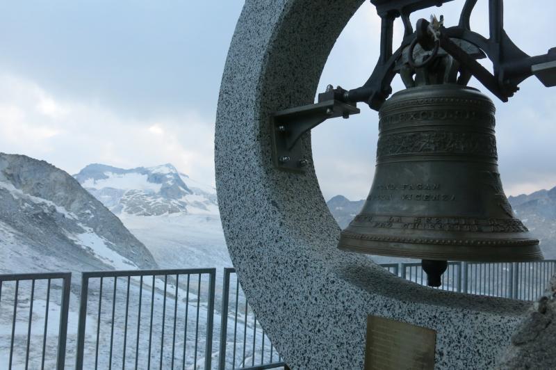 la campana del rifugio Ai Caduti dell'Adamello