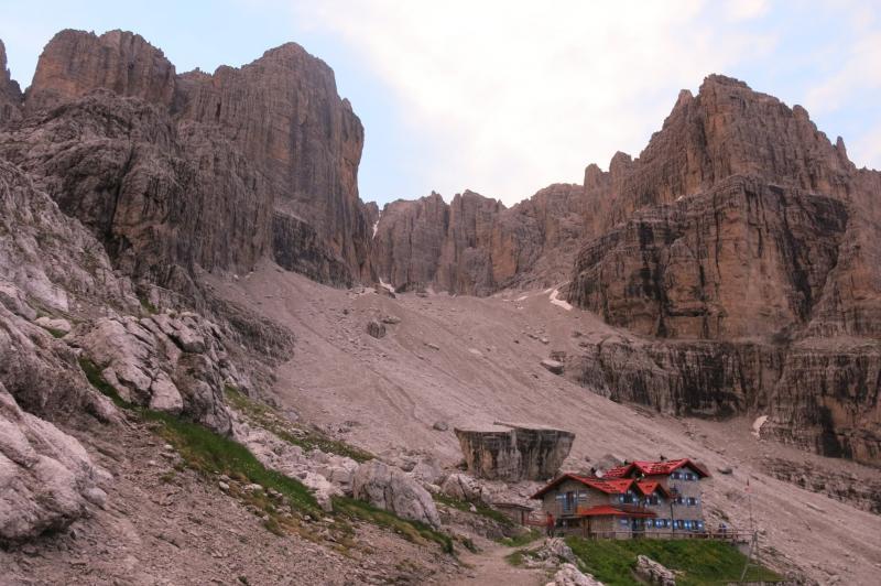 il rifugio Agostini con la cima d'Ambiez