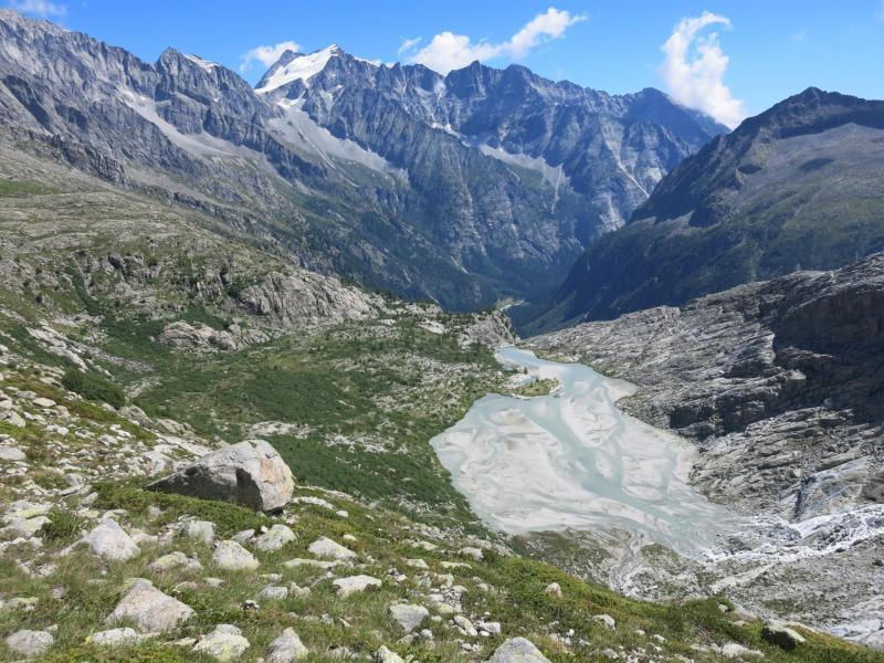 il lago Nuovo e la Presanella lungo il sentiero verso la vedretta del Mandrone